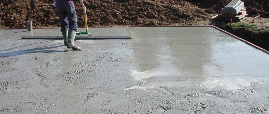 surfacage de la dalle du beton avec la regle